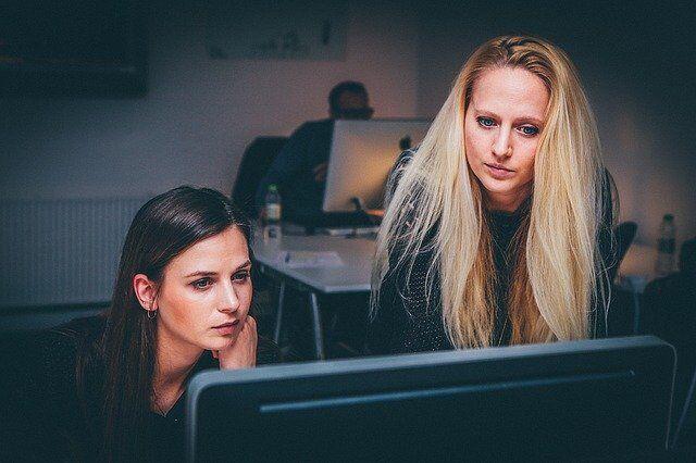 konsultantki-avon-przed-komputerem